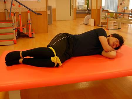側臥位での股関節外旋筋筋トレチューブ